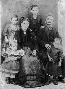 Η οικογένεια του Κωνσταντίνου και της Αικατερίνης Παπανικολάου από το χωριό Λιβάδι.
